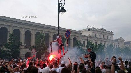 palenie-barw-Polonii-Warszawa-na-fecie-mistrzowskiej-Legii-Warszawa-2014