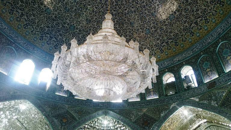 w środku meczetu w Kom